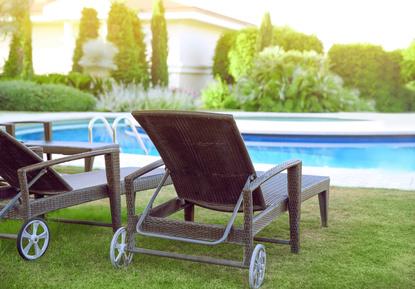 Rollliegestuhl am Pool