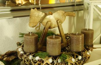 Adventskranz aus Rattan mit Schaukelpferd aus Holz