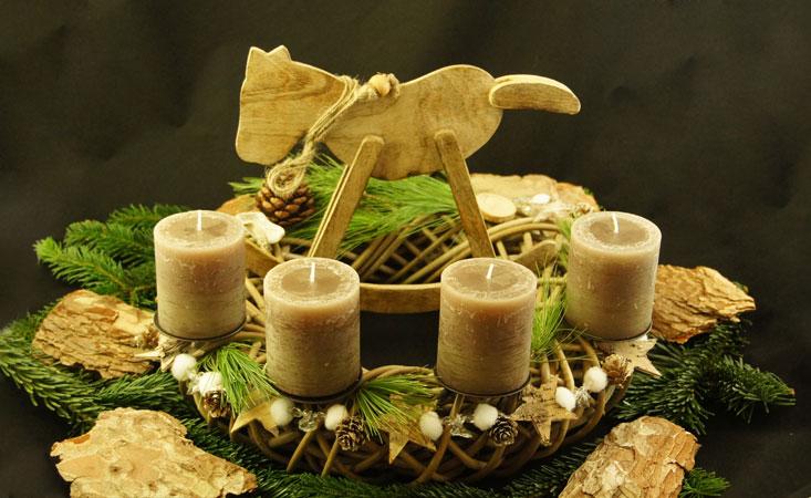 Adventskranz aus Rattan mit Holz Schaukelpferd