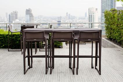 bar-set auf terrasse mit skyline blick
