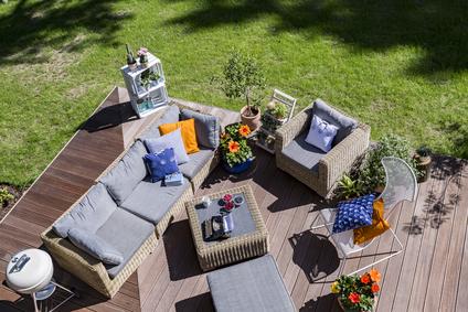 Grosse helle Rattan Lounge im Garten von oben Fotografiert