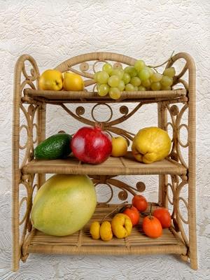 kleines regal mit früchten